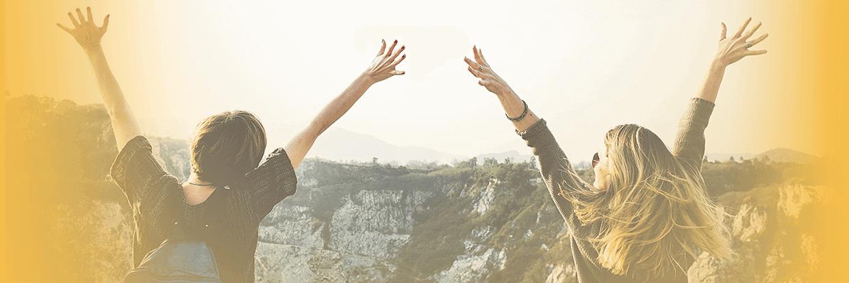 2 Frauen auf Berg Hände oben