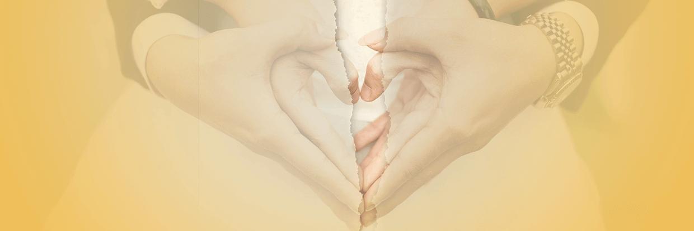 Herz aus Händen mit Riss